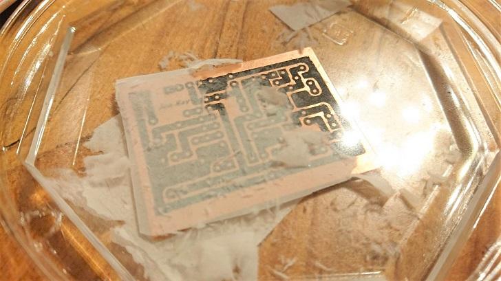 自作PCB_アセトン転写_基板から紙を剥がす